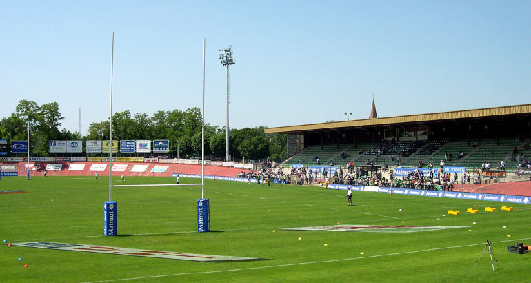 1280px-Stade_Sapiac_-_Ancienne_Tribune_Présidentielle